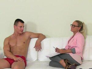 Pirang agen Kecantikan naik berotot pria, pirang seksi agen perempuan pria wawancara seksi berotot dan telanjang di sofa kemudian melompat pada penisnya dan wahana dia sampai mendapat air mani panas
